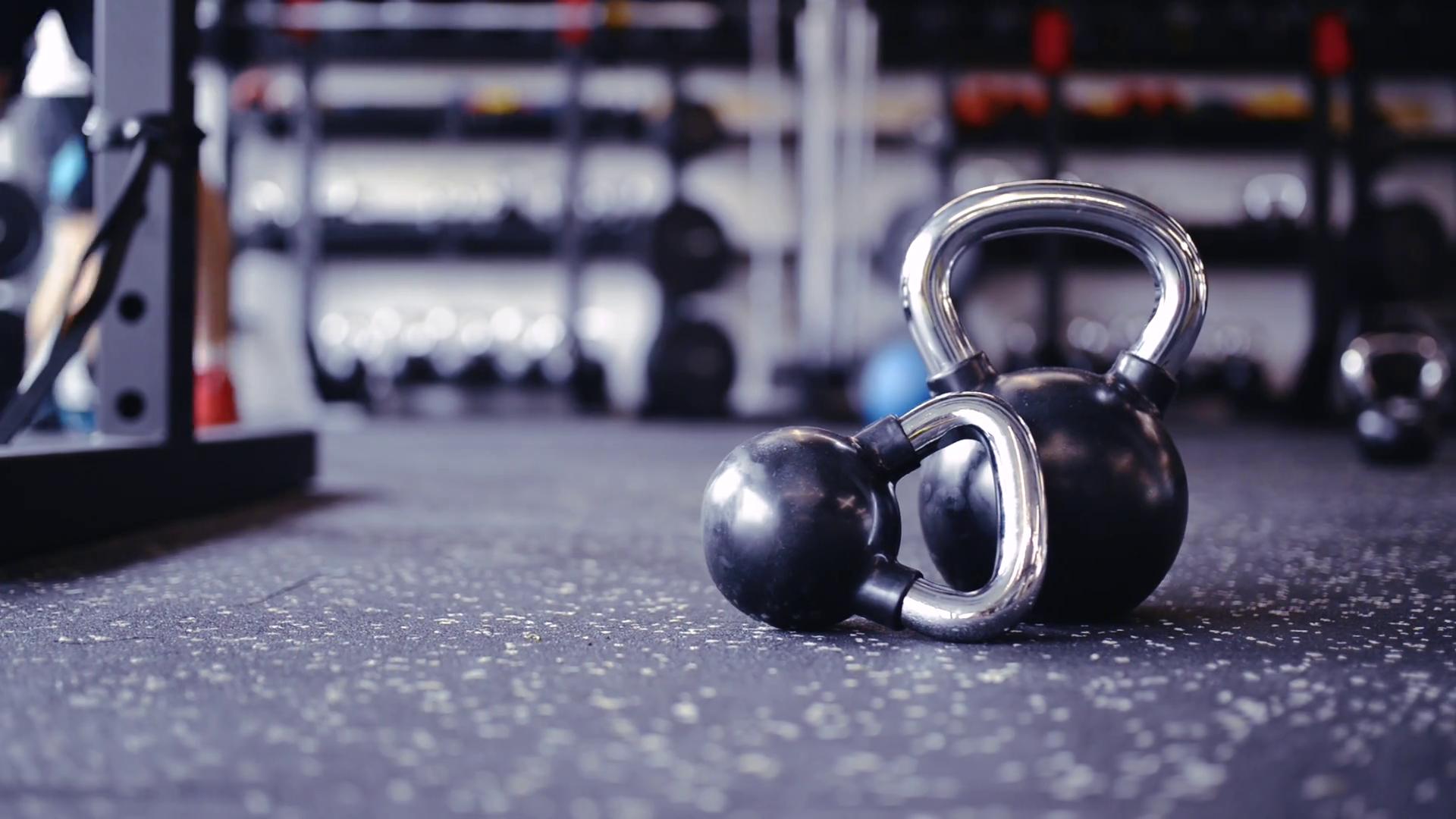 videoblocks-pair-of-kettlebells-laid-on-the-floor-in-gym_ssncefuz_thumbnail-full01